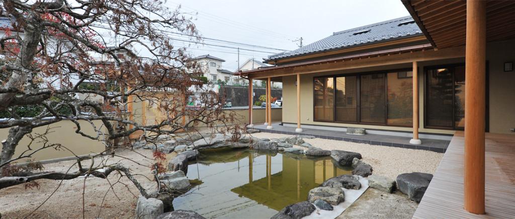鯉が泳ぐ和の邸宅